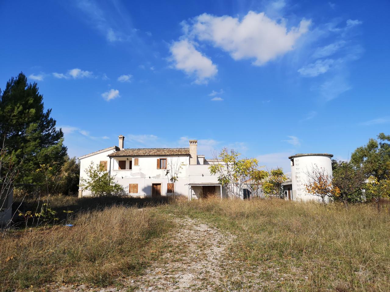 Spoltore, via Torretta - Bifamiliare con terreni agricoli